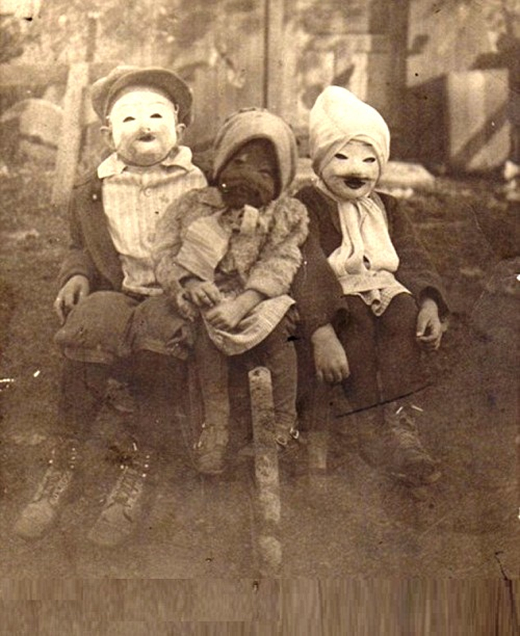 25-Deeply-Disturbing-Old-Timey-Halloween-Pictures-That-Will-Give-You-The-Jitters-4.jpg