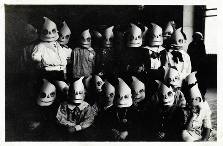 25-Deeply-Disturbing-Old-Timey-Halloween-Pictures-That-Will-Give-You-The-Jitters-11.jpg