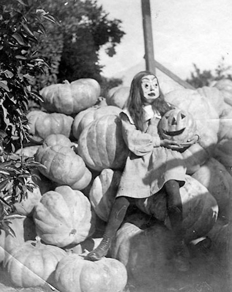 25-Deeply-Disturbing-Old-Timey-Halloween-Pictures-That-Will-Give-You-The-Jitters-20.jpg