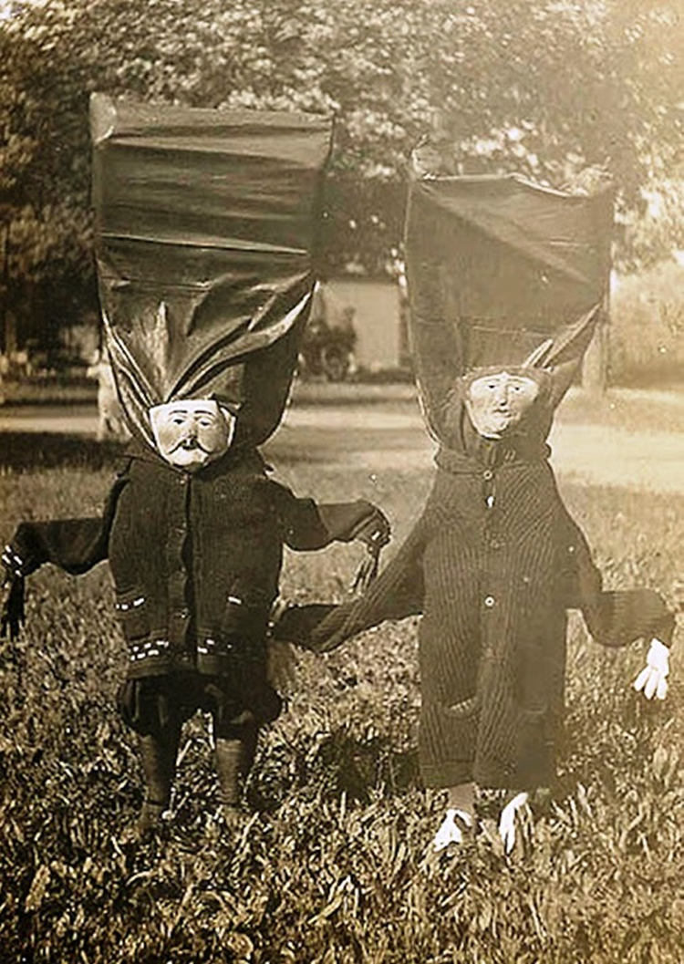 25-Deeply-Disturbing-Old-Timey-Halloween-Pictures-That-Will-Give-You-The-Jitters-10.jpg