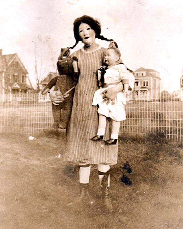 25-Deeply-Disturbing-Old-Timey-Halloween-Pictures-That-Will-Give-You-The-Jitters-19.jpg