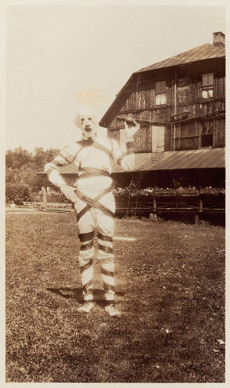 25-Deeply-Disturbing-Old-Timey-Halloween-Pictures-That-Will-Give-You-The-Jitters-5.jpg