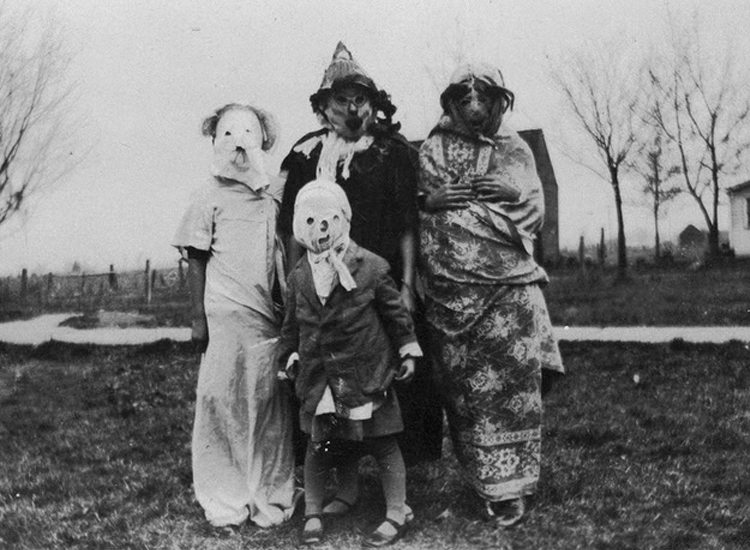 25-Creepy-Vintage-Halloween-Costumes-that-Will-Give-You-Nightmares-1.jpg