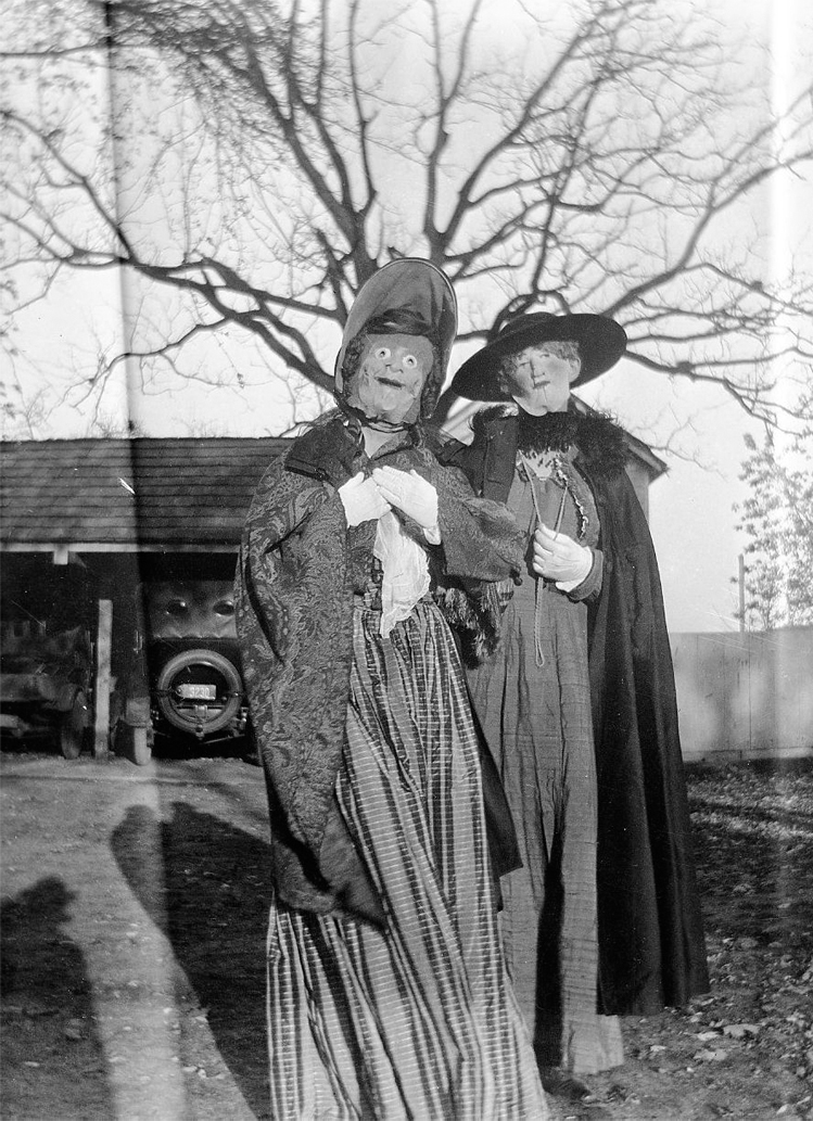 25-Deeply-Disturbing-Old-Timey-Halloween-Pictures-That-Will-Give-You-The-Jitters-18.jpg