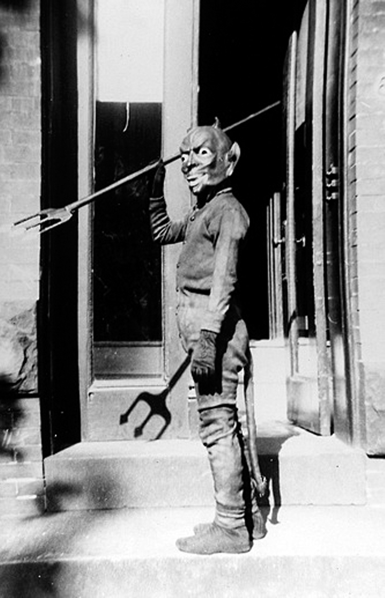 25-Deeply-Disturbing-Old-Timey-Halloween-Pictures-That-Will-Give-You-The-Jitters-14.jpg